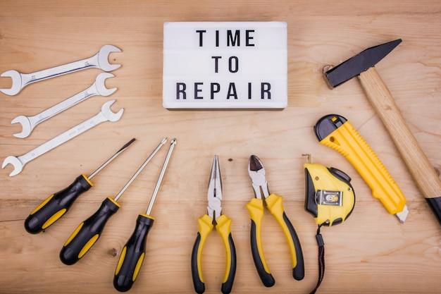 Ferramentas de reparo - martelo, chaves de fenda, chaves ajustáveis, alicates. conceito masculino para o dia dos pais Foto Premium