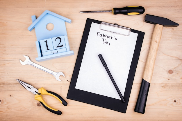 Ferramentas de reparo - martelo, chaves de fenda, chaves ajustáveis, alicates. folha de papel branco. conceito masculino para o dia dos pais 12 de junho Foto Premium