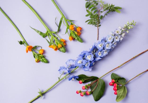 Ferramentas e acessórios que os floristas precisam para fazer um buquê Foto gratuita