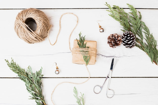 Ferramentas e decorações para embrulhar o presente de natal Foto gratuita