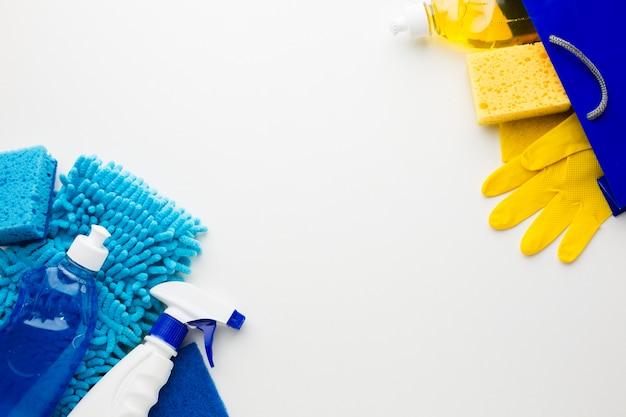 Ferramentas e luvas de limpeza copiam o espaço Foto gratuita