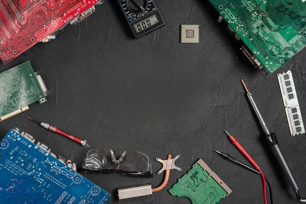 Ferramentas eletrônicas com placas de circuito de computador na superfície preta Foto gratuita
