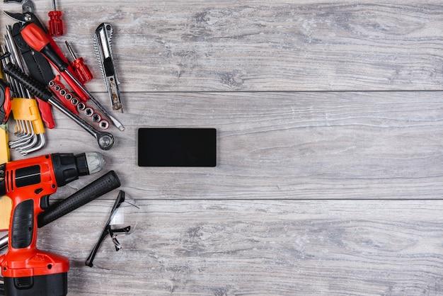 Ferramentas manuais de construção plana leigos sobre fundo de madeira Foto Premium