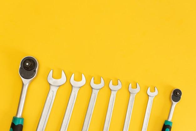 Ferramentas no fundo amarelo. Foto Premium
