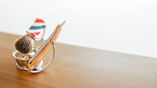 Ferramentas para barbear barba na mesa Foto gratuita