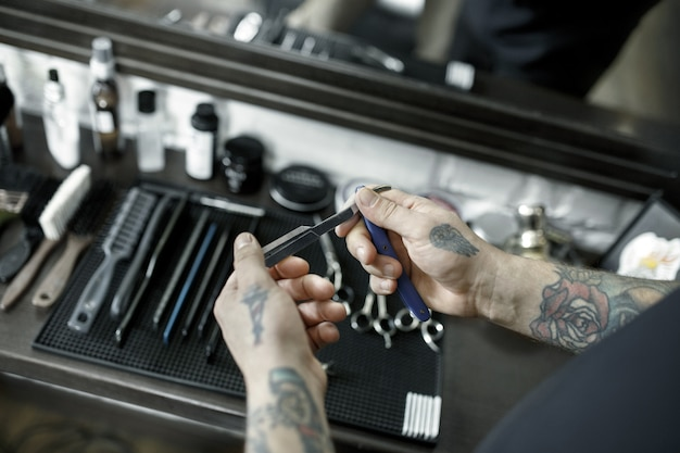 Ferramentas para cortar a vista superior da barbearia de barba. ferramentas vintage de barbearia Foto gratuita