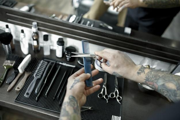 Ferramentas para cortar barba na barbearia Foto gratuita