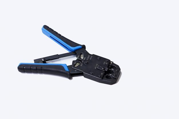 Ferramentas para crimpagem com componente para rede de computadores Foto Premium