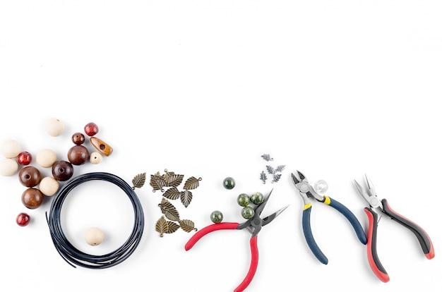 Ferramentas para joias artesanais. contas, alicate e arame Foto Premium