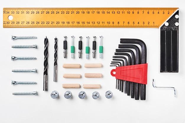 Ferramentas para montagem de móveis em um fundo branco para mock up design de modelo. vista de cima. lay plana Foto Premium