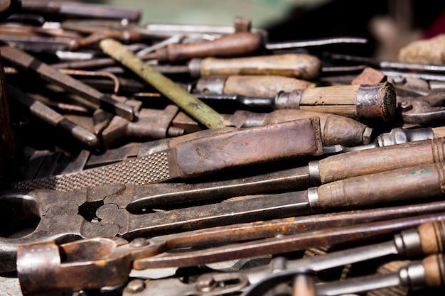 Ferramentas para trabalhar com metal na mesa. Foto Premium
