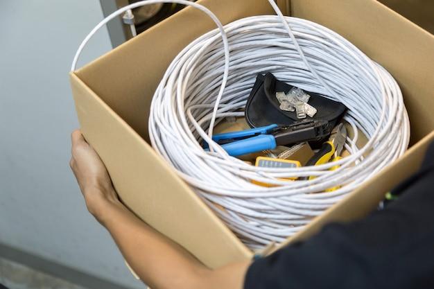 Ferramentas que conectam o cabo de rede ao switch Foto Premium