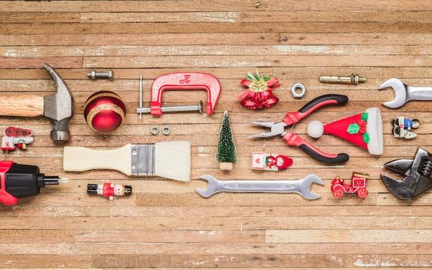 Ferramentas úteis de construção com enfeite de natal em madeira Foto Premium