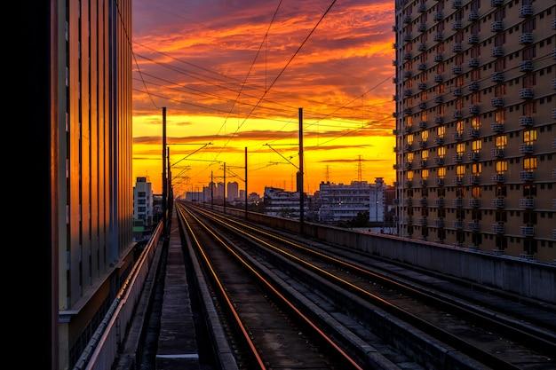 Ferrovia e nascer do sol Foto gratuita