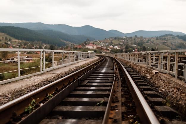 Ferrovia nas montanhas dos cárpatos. dormentes Foto Premium
