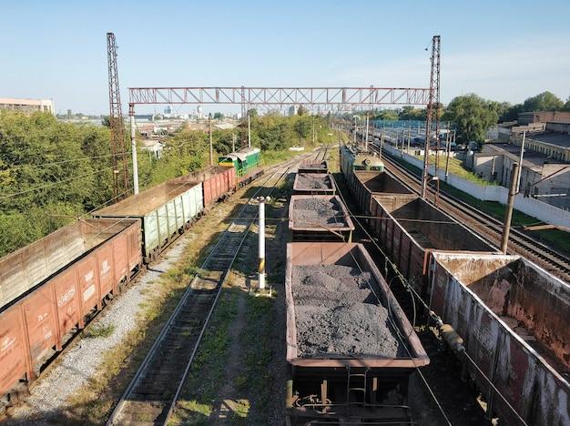 Ferrovia, vagões transportando cargas diferentes Foto Premium