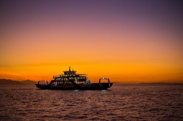 Ferry com pôr do sol em puntarenas costa rica. Foto Premium