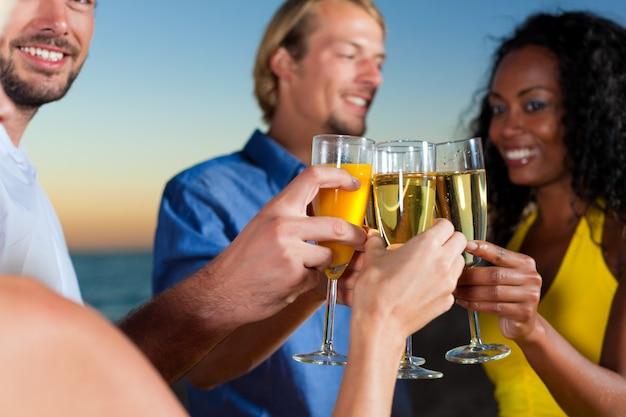 Festa com recepção de champanhe na praia Foto Premium