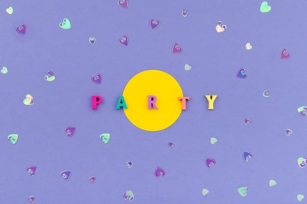 Festa da palavra com letras coloridas de madeira em fundo violeta Foto Premium