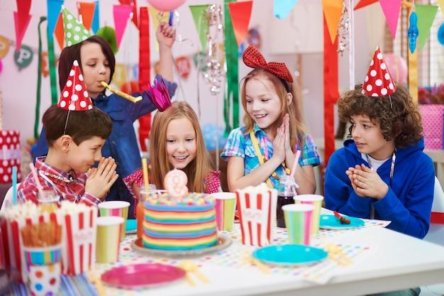Festa de aniversario com os melhores amigos Foto gratuita