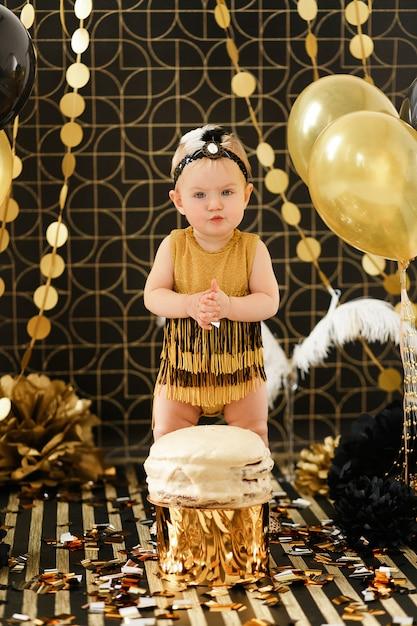 Festa de aniversário de bebê com quebra de bolo Foto gratuita