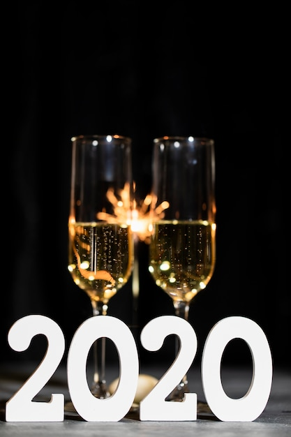 Festa de ano novo à noite com champanhe Foto gratuita