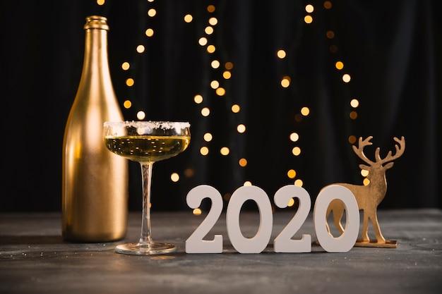 Festa de ano novo de baixo ângulo com tema dourado Foto gratuita