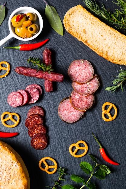 Festa de comida com diferentes tipos de carne e pão caseiro em pedra ardósia preta Foto Premium