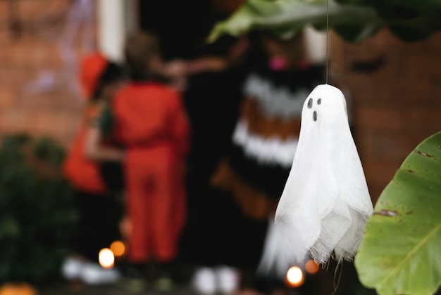 Festa de halloween com crianças doces ou travessuras Foto gratuita