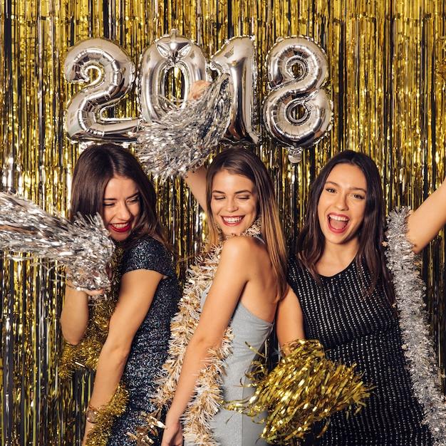 Festa do ano novo com meninas dançando Foto gratuita