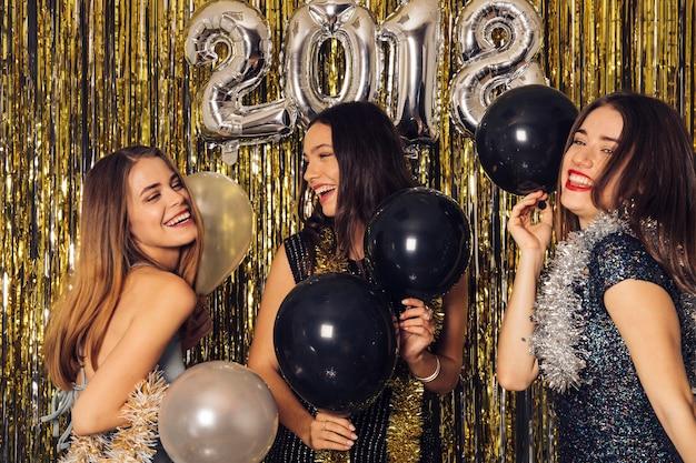 Festa do clube do ano novo com três meninas Foto gratuita