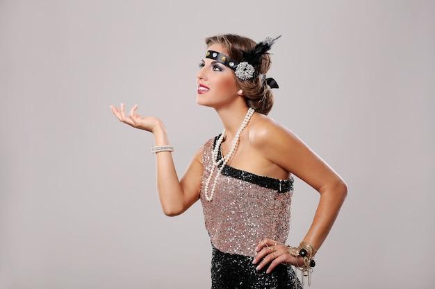 Festa mulher elegante vestido de festa preto e rosa Foto gratuita