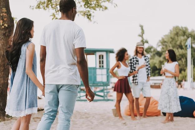 Festa na praia multiracial friends romantic couple Foto Premium