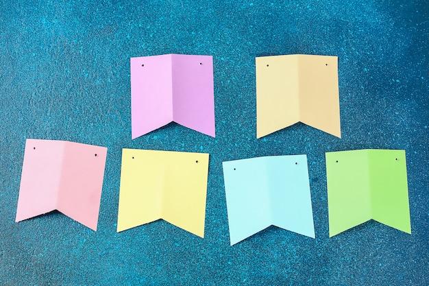 Festão de diy easter, bandeiras easter fez o papel o fundo azul. Foto Premium