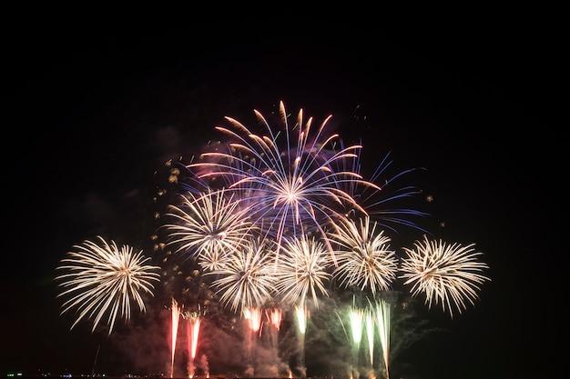 Festival de fogo de artifício na tailândia Foto gratuita