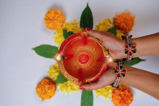 Festival indiano diwali, lâmpada na mão Foto Premium