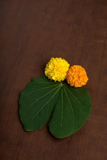 Festival indiano dussehra, mostrando flores douradas de folha e calêndula em brown. Foto Premium