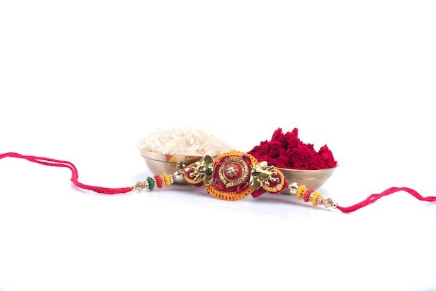 Festival indiano: raksha bandhan com um elegante rakhi. pulseira tradicional indiana, símbolo de amor entre irmãos e irmãs Foto Premium