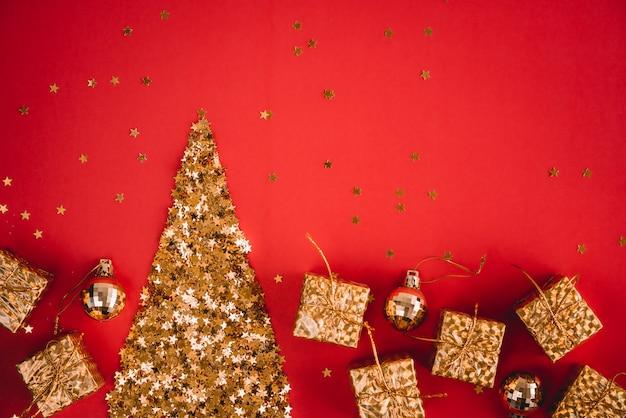 Festivo abstrato vermelho com pequenas estrelas decorativas douradas com brilhos. Foto Premium