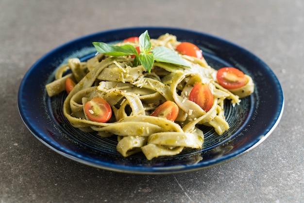 Fettuccine de espinafre com tomate Foto Premium