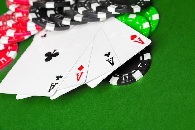 Fichas de pôquer em cima da mesa Foto Premium