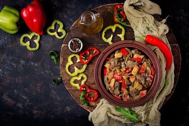 Fígado de frango assado com legumes em fundo de madeira. postura plana. vista do topo Foto gratuita