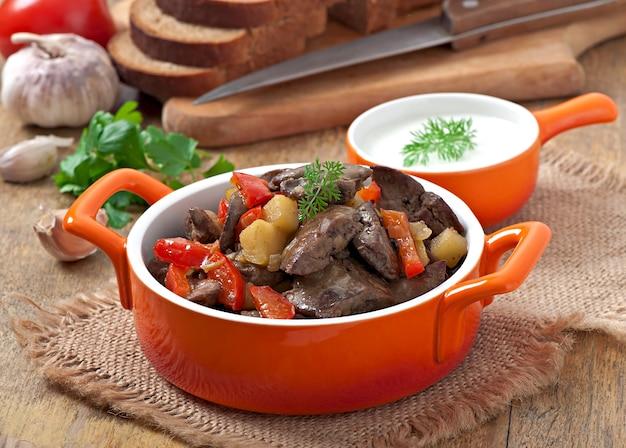 Fígado de frango assado com legumes Foto gratuita