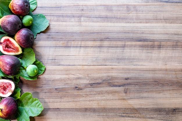 Figos na superfície de madeira rústica Foto Premium