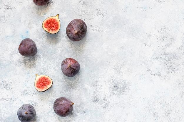 Figos roxos maduros frescos na luz, vista superior Foto gratuita