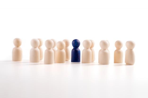 Figura de madeira em pé com a equipe para mostrar influência e empoderamento. Foto Premium