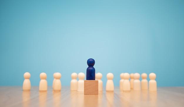 Figura de madeira em pé na caixa para mostrar influência e empoderamento. Foto Premium