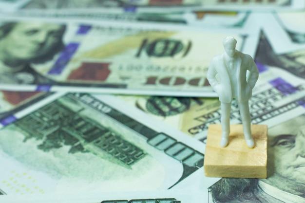 Figura humana e conteúdo de negócios de notas de 100 dólares. Foto Premium