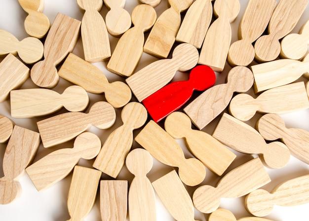 Figura humana vermelha entre muitas outras pessoas. conceito de pesquisa empregado Foto Premium