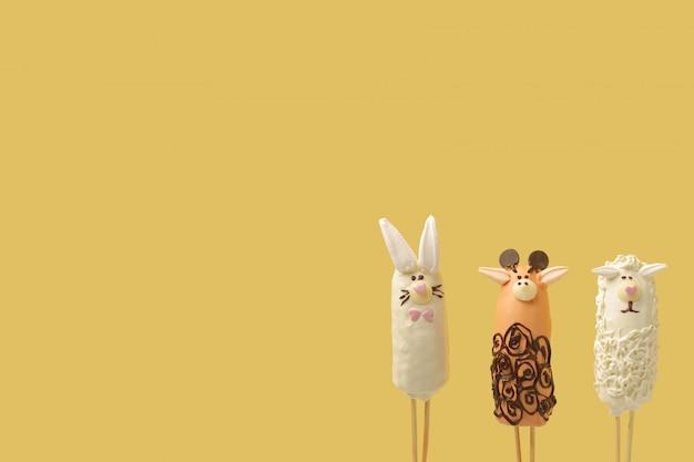 Figuras de animais estão localizados no canto inferior direito do fundo amarelo Foto Premium